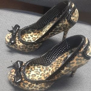Leopard print rounded toe heels - Size 9
